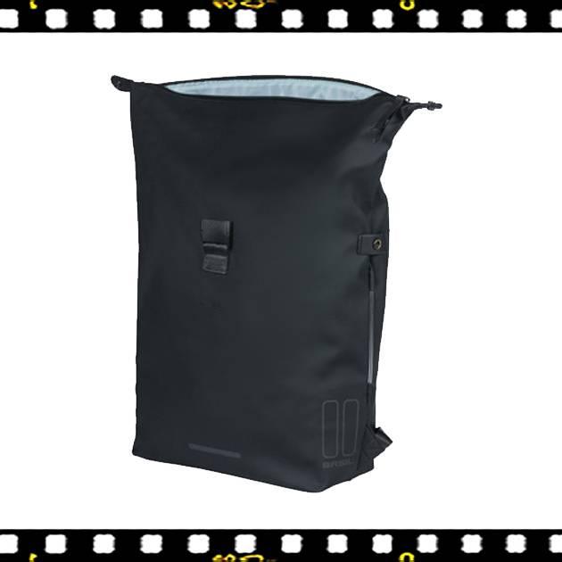 basil soho fekete biciklis hátizsák kinyitva