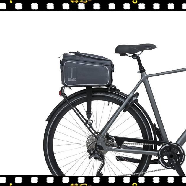 basil sport design szürke biciklis csomagtartó táska kerékpáron