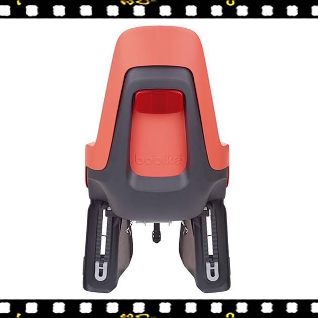 bobike one maxi hátsó gyerekülés flamingo xs-es sisakkal kerékpárra hátulról