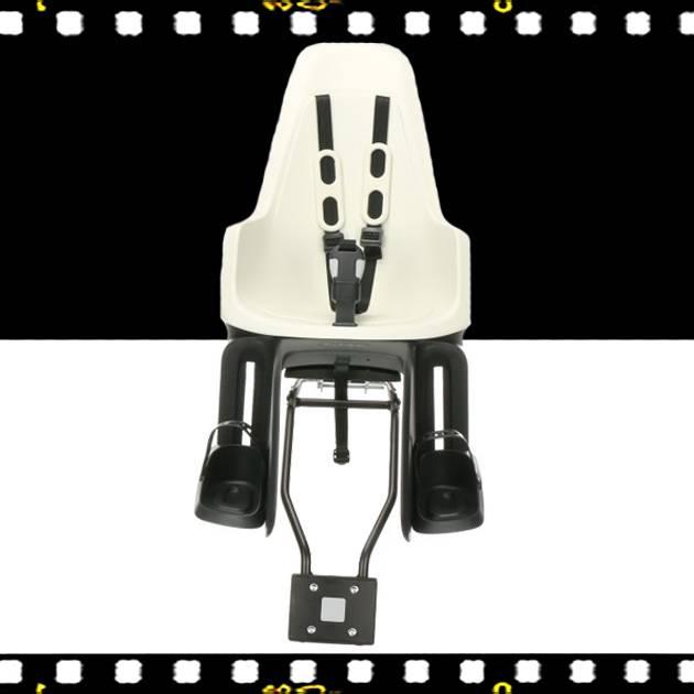 bobike one maxi hátsó gyerekülés fekete s-es sisakkal kerékpárra elölről