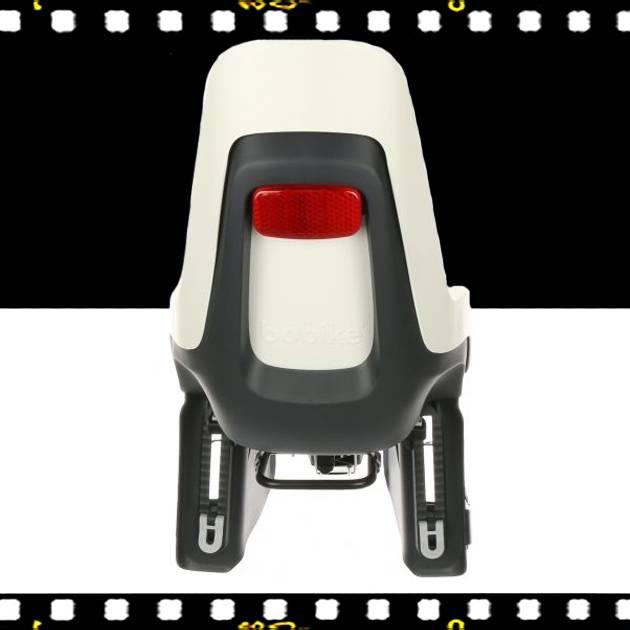bobike one maxi hátsó gyerekülés fekete s-es sisakkal kerékpárra hátulról